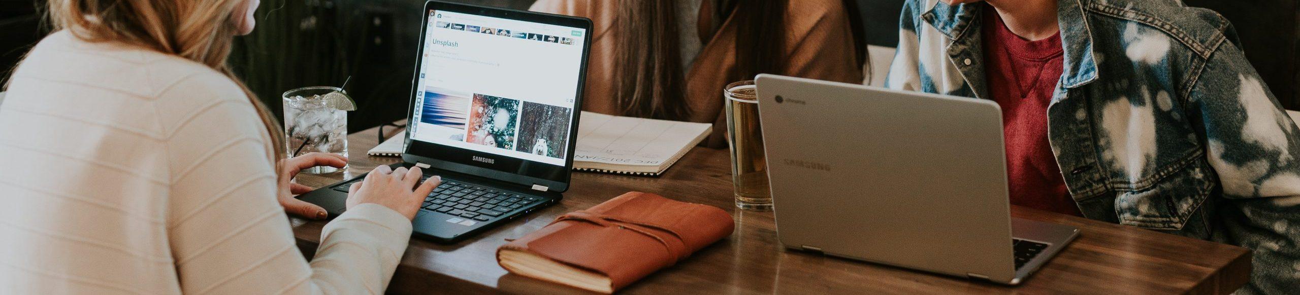 écrans d'ordinateur autour d'une même table