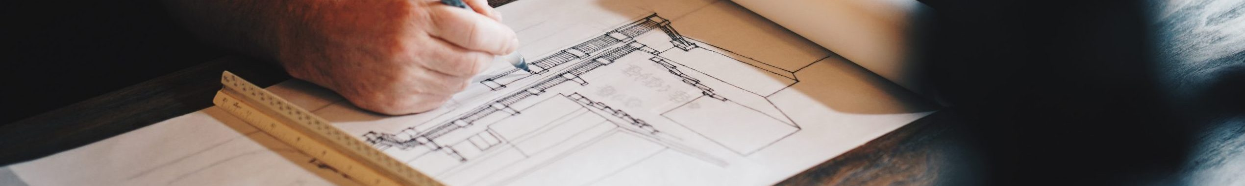 architecte au travail sur plan de construction