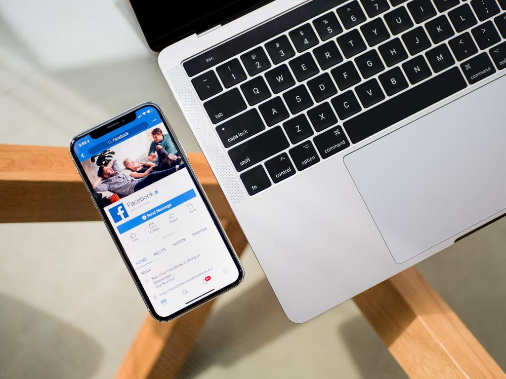 prise de contact avec smartphone et ordinateur