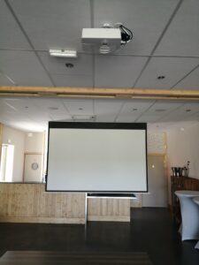 Ecran 2.4 mètres avec son vidéoprojecteur